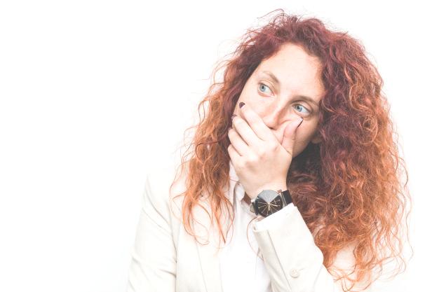 Mujer pensativa. Los 10 errores más comunes al hablar en inglés e intentar traducir literalmente